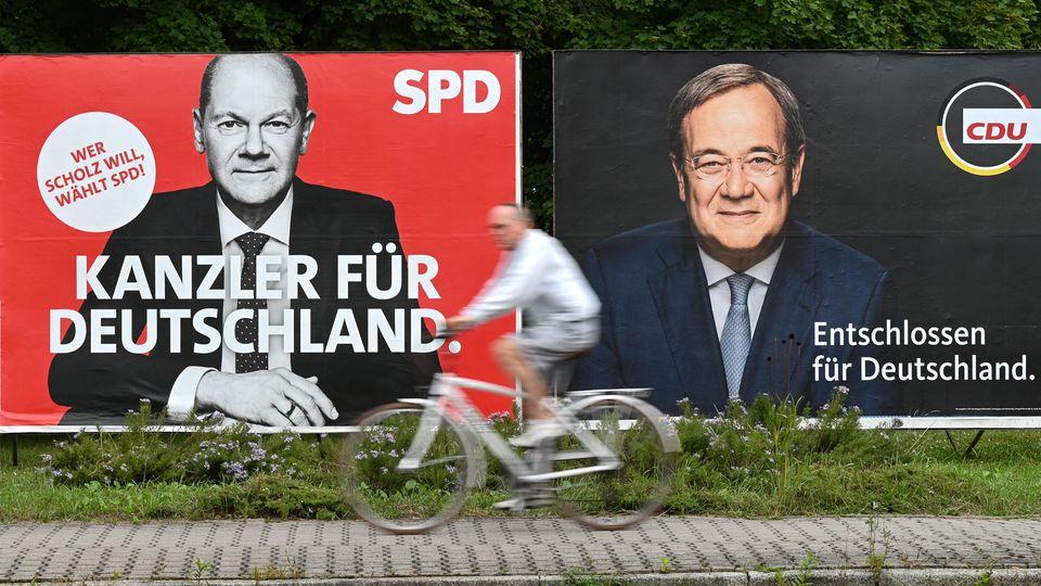 SPD-Kandidat Olaf Scholz (l.) ist in manchen Prognosen leicht vor Armin Laschet von der CDU