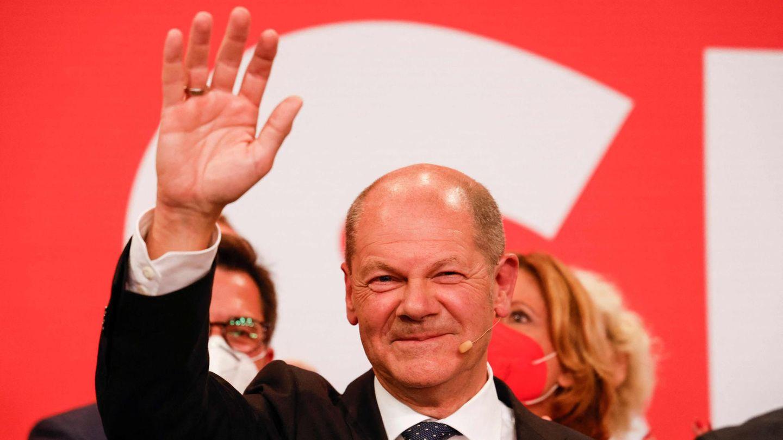 Olaf Scholz winkt lächelnd nach seinem Sieg bei der Bundestagswahl