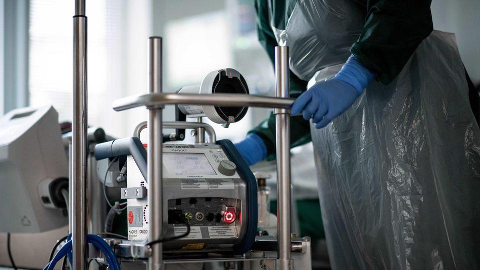 Ungeimpfte Covid-Patienten Kliniken: Eine Pflegekraft auf einer Corona-Intensivstation