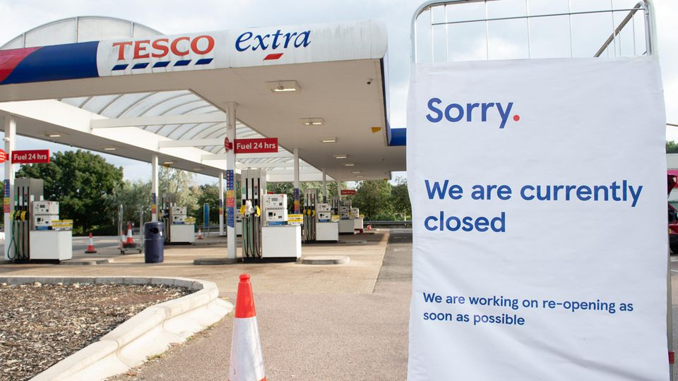 """""""Entschuldigung, wir haben gegenwärtig geschlossen"""", steht auf einem Schild an einer Tankstelle im Londoner Vorort Muswell Hill. Panikkäufe und ein Mangel an Lastwagenfahrern haben dazu geführt, dass viele Tankstellen kein Benzin mehr haben."""