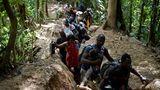 Acandi, Kolumbien. Haitianische Migranten schlagen sich über die Flüchtlingsroute quer durch den Dschungel. Ziel ist Panama. Vor dort soll es weiter gehen Richtung USA. Um den gefährlichen Fünf-Tage-Marsch zu bewältigen, sind sie lediglich mit Macheten, Laternen und Zelten ausgestattet.