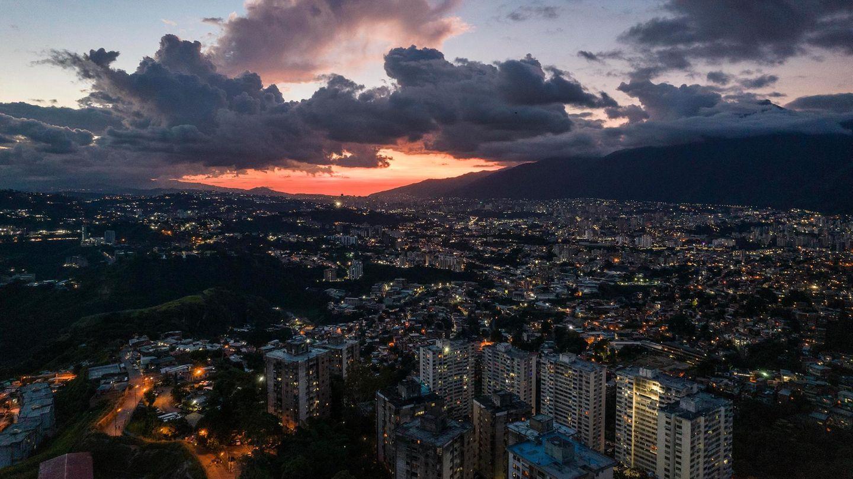 Caracas, Venzuela. Die Hauptstadt leidet wie der Rest des Landes unter politischen wiewirtschaftlichen Krisen. Oder anderes ausgedrückt: Die sozialistische Regierung unter Präsident Nicolás Maduro hat das Land gnadenlos heruntergewirtschaftet. Armut und Gewalt regierenund ein Ende des Leids für die Bevölkerungist nicht in Sicht.