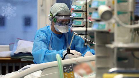 Eine Pflegerin kümmert sich um einen Corona-Patienten auf der Intensivstation der Universitätsmedizin Rostock.
