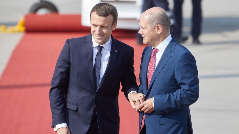 Frankreichs Präsident Macron und Olaf Scholz