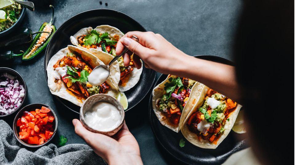 Frau bereitet vegan Tacos zu