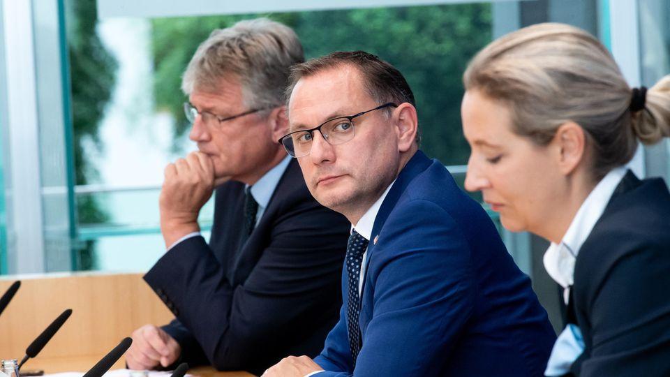 Die AfD-Spitzenkandidaten bei der Bundestagswahl, Tino Chrupalla (Mitte) und Alice Weidel, sowie Jörg Meuthen, Bundessprecher der AfD, sitzen in der Bundespressekonferenz, um sich zum Ausgang der Bundestagswahl zu äußern