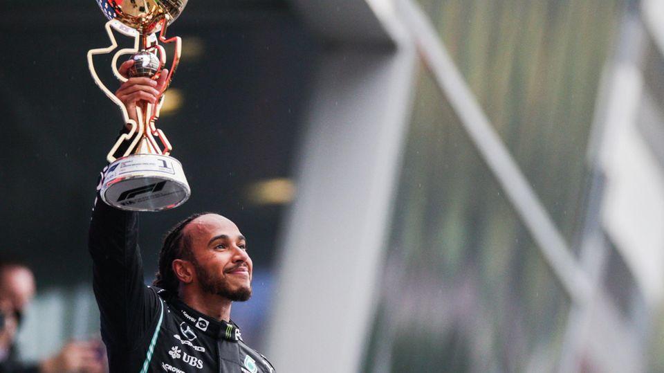Lewis Hamilton streckt zum 100. Mal den Siegerpokal in der Formel 1 in den Himmel