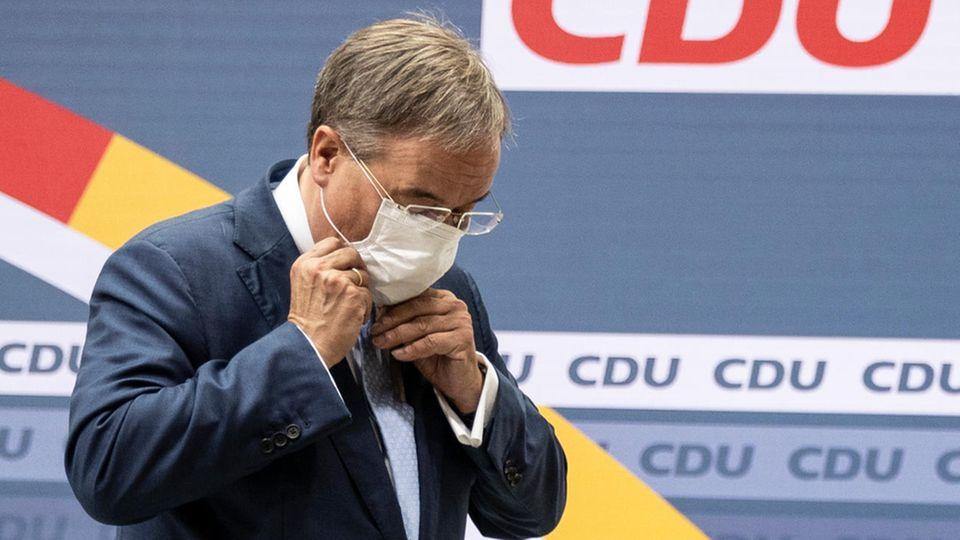 Armin Laschet mit Maske tritt von CDU-Bühne ab
