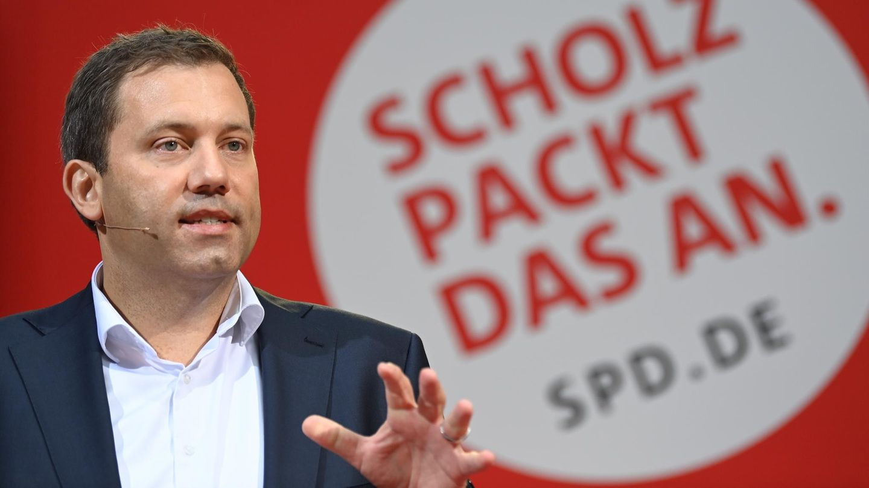 """SPD-Generalsekretär Lars Klingbeil vor dem Slogan """"Scholz packt das an"""""""