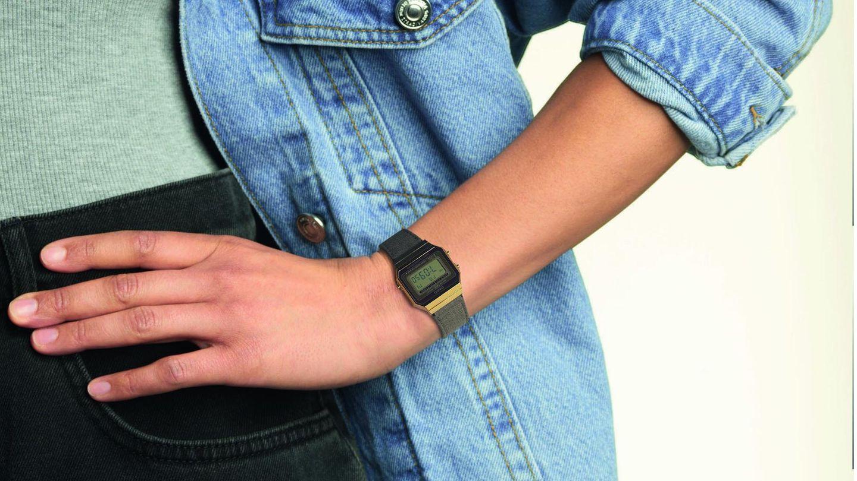 Frau trägt goldene Armbanduhr
