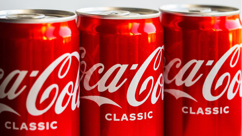 Coca-Cola Dosen stehen im Supermarktregal