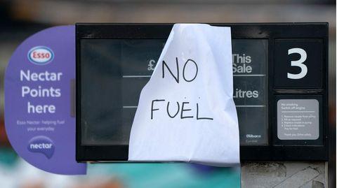 Ein Schild an einer Tankstelle zeigt an, dass der Treibstoff ausgegangen ist