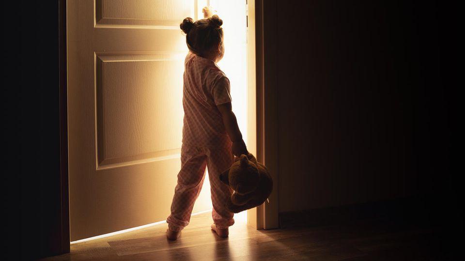 Kind alleine in der Wohnung