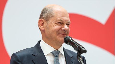 Olaf Scholz beantwortet Reporterfragen auf Englisch