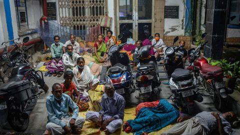 Siliguri, Indien. Männer und Frauen campen über Nacht vor einem staatlichen Bezirkskrankenhaus, um eine Impfung gegen Covid-19 zu erhalten. Laut offiziellen Zahlen sind in Indien bislang etwa 33,7 Millionen Menschen an dem Virus erkrankt, knapp 450.000 sind gestorben. Die Lage in dem Land mit 1,38 Milliarden Einwohnern hat sich deutlich gebessert, aktuell sind nur noch etwa zwei Prozent der Corona-Tests positiv. Zu Anfang der Pandemie waren es rund 30 Prozent.