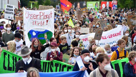 """""""Der Planet stirbt"""" steht auf einem Transparent bei einer Demonstration von """"Fridays for Future"""" zum Klimastreik"""