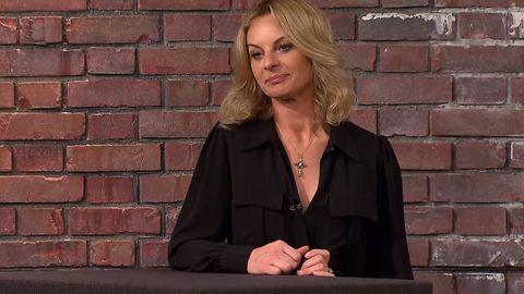 Susanne Steiger sitzt im Studio von Bares für Rares in Pulheim