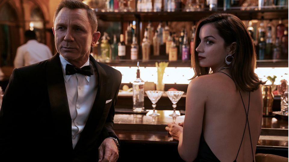 Und so lässt sich James Bond breitschlagen, ein weiteres Mal die Welt zu retten. Allerdings arbeitet er zunächst für die Amerikaner: Seine erste Reise führt ihn nach Kuba, wo er zusammen mit der CIA-Mitarbeiterin Paloma (Ana de Armas) eine Versammlung von Mitgliedern der Organisation Spectre besuchen soll.