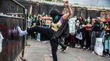 Bogotá, Kolumbien.Eine Demonstrantin tritt auf einer Protestveranstaltung gegen einen Zaun. Die Teilnehmer*innen setzen sich für eine Entkriminalisierung von Abtreibungen in Süd- und Lateinamerika ein.