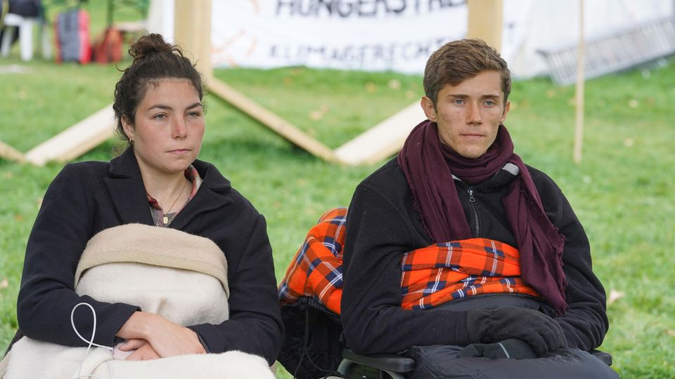 Klimaaktivisten Henning Jeschke und Lea Bonasera im Hungerstreik
