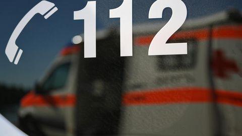 Ein Rettungswagen spiegelt während einer Übung in einem Fenster eines anderen Rettungswagen