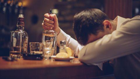 Betrunkener Mann in einer Bar
