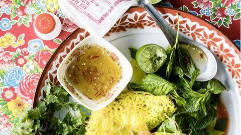 Bestes Streetfood aus Vietnam: Gefüllte Pfannkuchen mit Dip