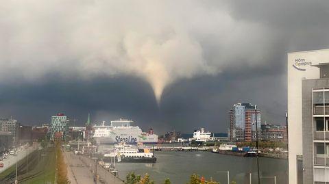 Ein Tornado hat nach Angaben der Polizei am frühen Mittwochabend in Kiel mehrere Menschen durch die Luft gewirbelt und ins Wasser gespült