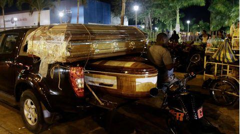 Särge für die Leichen von Insassen stehen auf einem Pick-Up vor dem Leichenschauhaus in Guayaquil, Ecuador