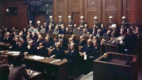 Angeklagte im Nürnberger Kriegsverbrecherprozesses hören der Urteilsverkündung im Justizpalast zu