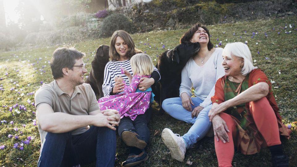 Autor Lorenz Wagner, seine Frau und seine Tochter sind mit seiner Schwiegermutter (2. von rechts) und deren Eltern zusammengezogen
