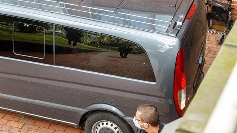 Ein Kastenwagen mit dunkel getönten Scheiben