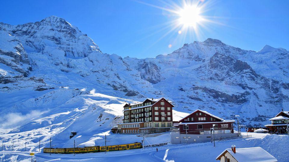 Auf der Kleine Scheidegg mit dem Hotel Bellevue des Alps