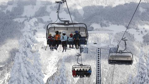 Sessellift mit Skifahrern
