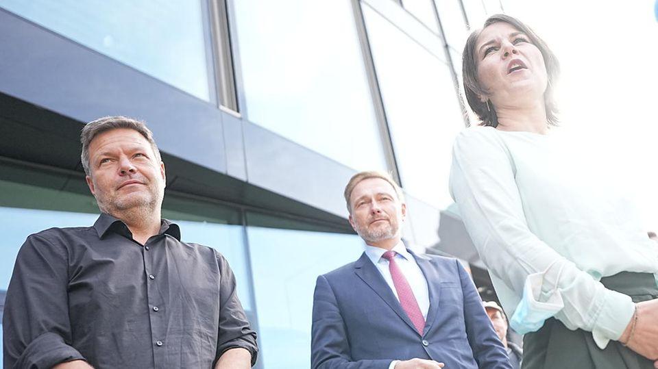 Annalena Baerbock, Robert Habeck (l.)und Christian Lindner geben nach den Sondierungsgesprächenein Pressestatement