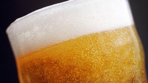Ein Glas Bier mit Schaumkrone