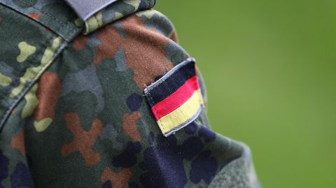 Schulter einer Bundeswehr-Uniform mit schwarz-rot-goldenem Abzeichen