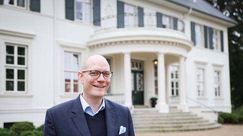 Thilo Mühl, der Hoteldirektor von Gut Immenhof,vor dem Eingang zum Herrenhaus