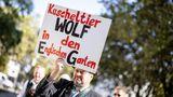 """München, Deutschland. Protestzug des Bayerischen Bauernverbandes durch die Innenstadt der bayerischen Hauptstadt. Die Rückkehr der Wölfe in den Alpenraum stellt Weidetierhalter, Schäfer und Bergbauern vor erhebliche Probleme; immer häufiger reißen Wölfe Nutztiere, ohne dass gegen sie vorgegangen werden kann, da die lange in Deutschland ausgestorbenen Raubtiere nach wie vor """"streng geschützt"""" sind. Deutschlandweit wurden laut Naturschutzbund Nabu in diesem Jahr schon elf Wölfe illegal getötet – ein Höchststand. Wegen der sich erholenden Wolfsbestände fordert der Deutsche Jagdverband inzwischen eine Herabstufung auf """"bedingt geschützt""""."""