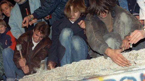 """Die """"Mauerspechte"""" machten sich an die Arbeit (hier am 11. November 1989). Die Berliner Mauer war schon bald Geschichte. Heute sind ihre Splitterin aller Welt verteilt und werden ausgestellt. In Berlin erinnern Einlassungen im Boden an den Verlauf der Mauer. Mauerstücke selbst gibt es kaum noch. Weltberühmt und ein Touristenmagnet ist ..."""
