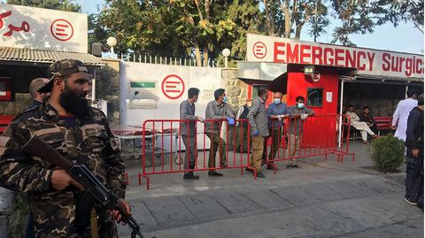 Medizinisches Personal wartet auf Verletzte des Anschlags in Kabul