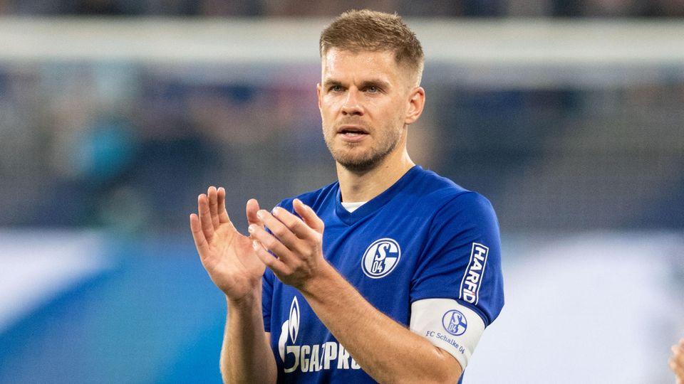 Simon Terodde von Schalke 04 klatscht in die Hände