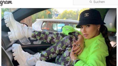 Eine in der Slowakei berühmte Influencerin sitzt in einem Auto