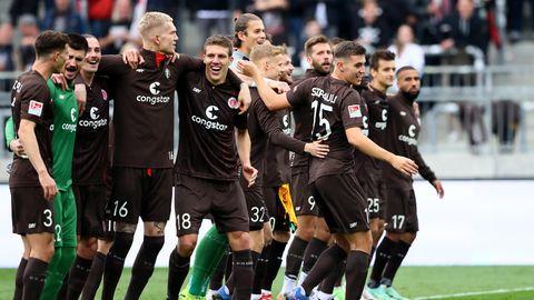Spieler des FC St. Pauli feiern mit den Fans den Sieg gegen Dresden