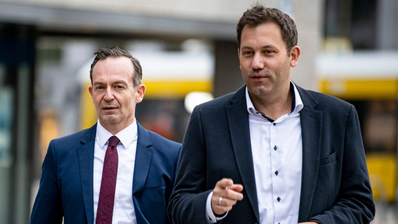 Lars Klingbeil (SPD), und Volker Wissing (FDP) kommen zu einem Pressestatement nach Sondierungsgesprächen