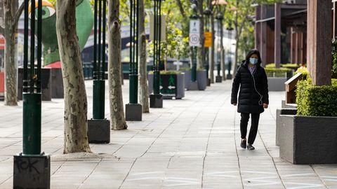 Australien, Melbourne: Eine Person geht durch Southgate in Melbourne