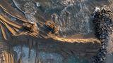 """Huntington Beach, USA. Luftaufnahmen zeigen schwere Baufahrzeuge, die anKaliforniens Küste die Schäden einer Ölpest eindämmen sollen.Die Behördenin Orange County wollen mit der gemeinsamen Aktion""""erhebliche ökologische Auswirkungen"""" bekämpfen. Der Ölteppich erstreckt sich auf einer Länge von 10 Kilometern und umfasst etwa 480.000 Liter."""
