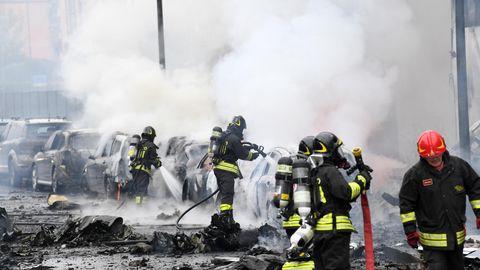 Mailand: Feuerwehrleute löschen durch den Flugzeugabsturz in Brand geratene Autos