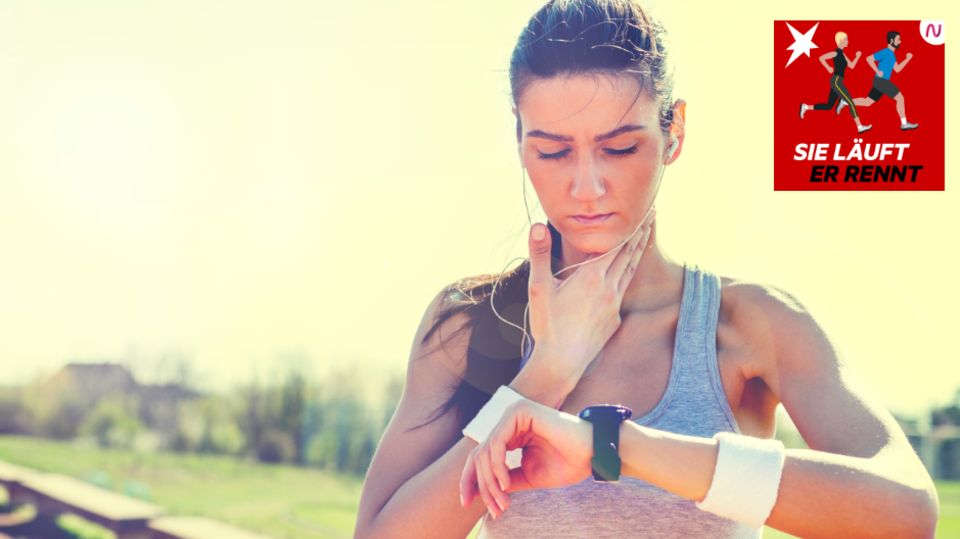 Eine junge Frau kontrolliert ihren Puls