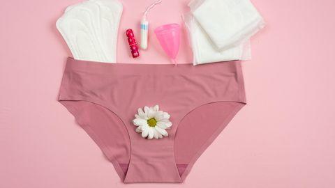 Eine Unterhose mit verschiedenen Hygieneprodukten daneben